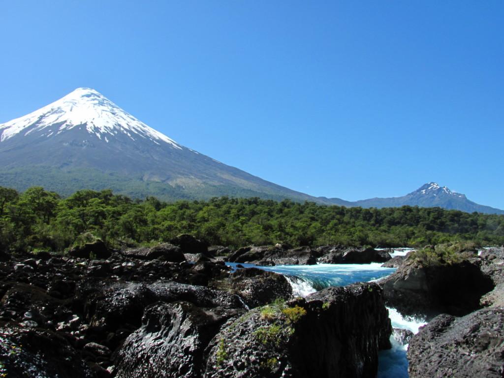 Ubicada en la zona sur de Chile, en la ribera oeste del lago Llanquihue, en la Región de Los Lagos.