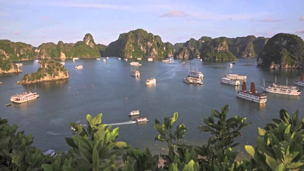 Un laberinto de dos mil islas. Asia. Las barcazas de velas ocres y estriadas recorren la bahía, una de las Siete Maravillas Naturales