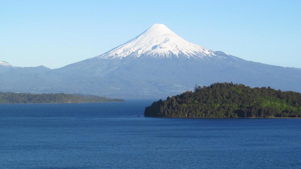 Las grandes masas de agua que caracterizan el destino Lago Llanquihue hacen de cualquier lugar de la zona un espacio ideal para la pesca recreativa.