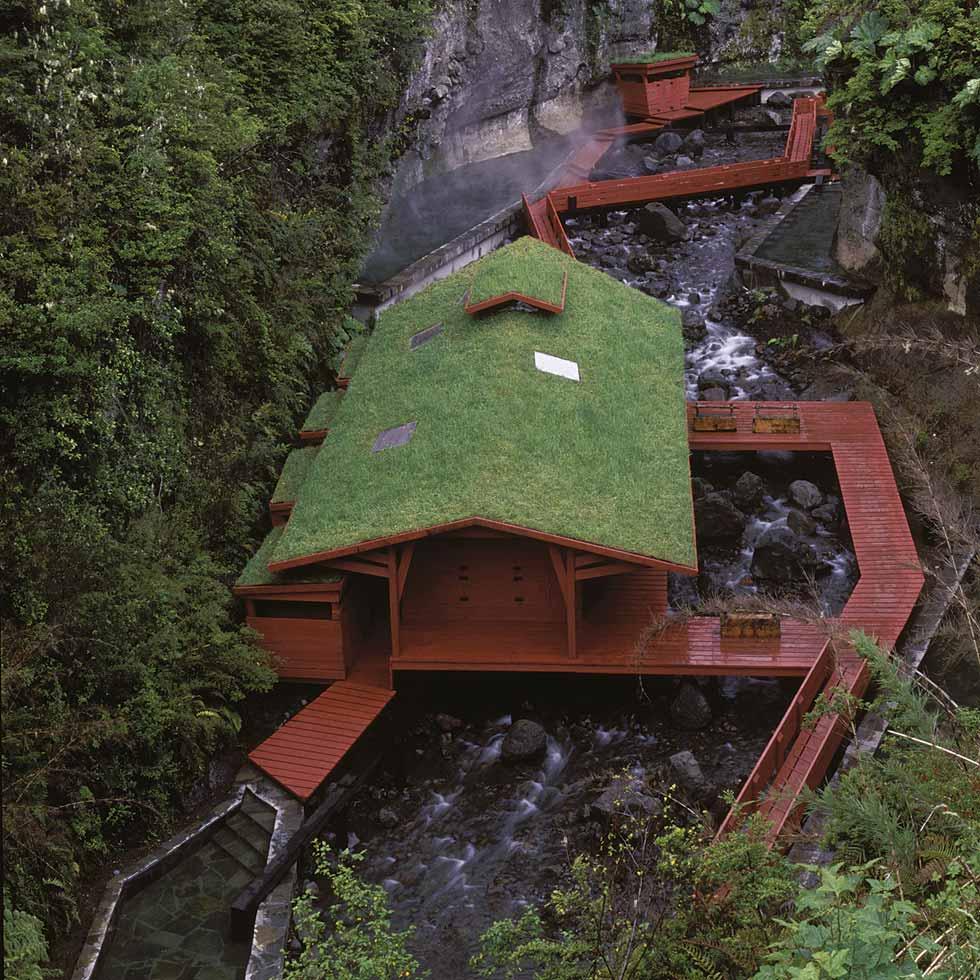 Las Termas Geométricas se encuentran sobre el estero Aihue, en la ruta que une Coñaripe con Palguín Alto, atravesando el Parque Nacional Villarrica.